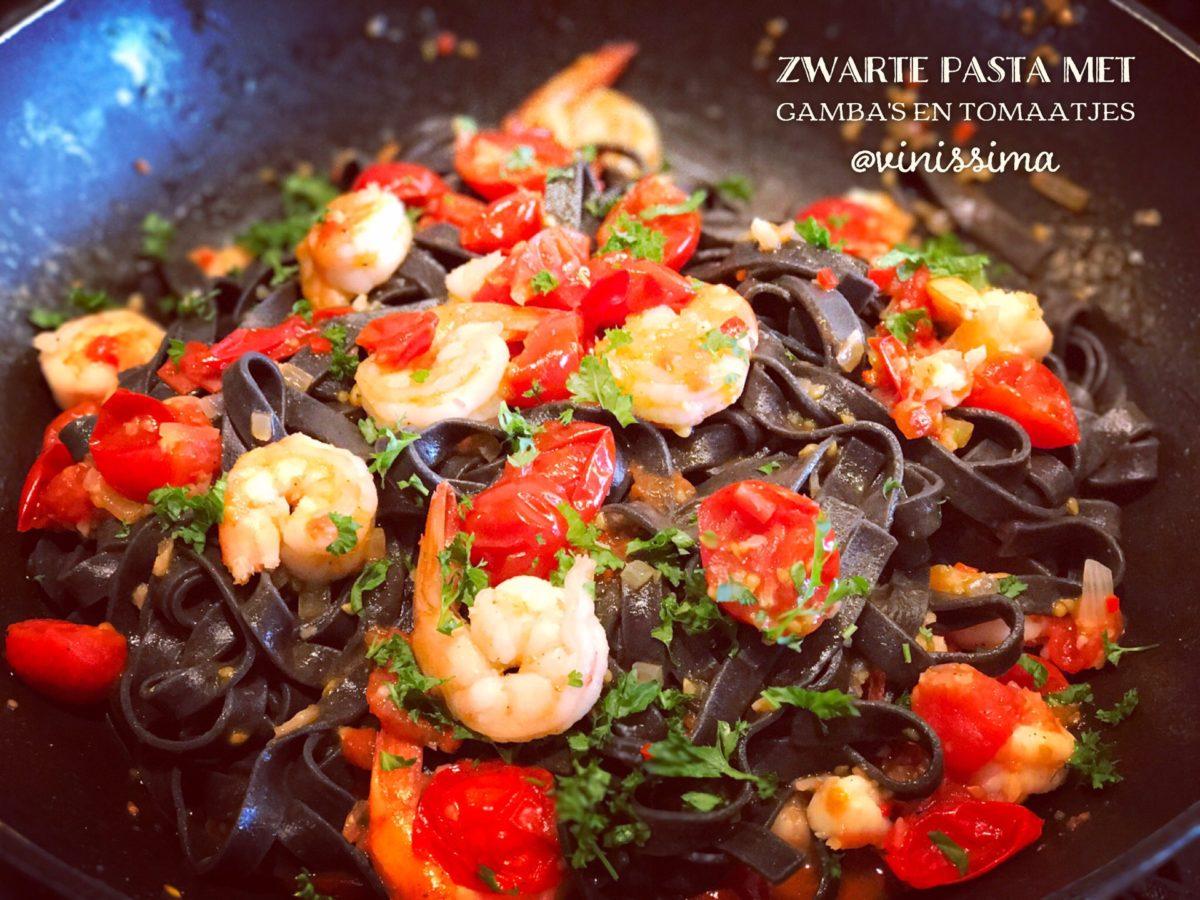zwarte rijst met gamba's en tomaten