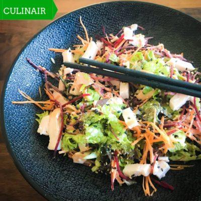 Aziatische salade met gerookte kip en sesamdressing