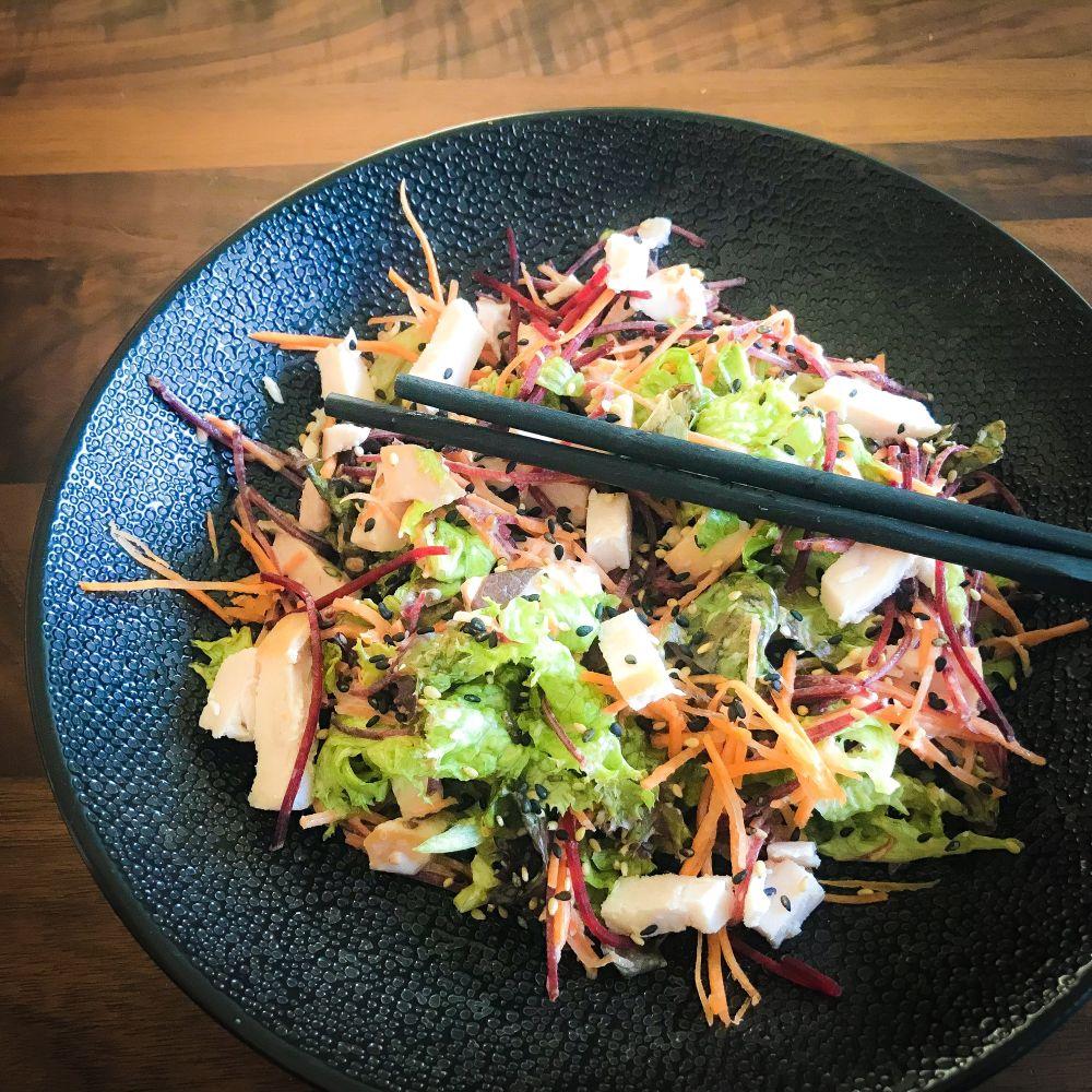 Aziatische salade met gerookte kipfilet