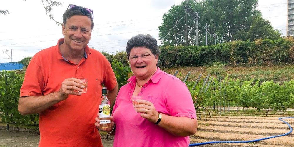 André Sauerbier en Ingrid Larmoyeur proeven in de Haagse Stadswijngaard