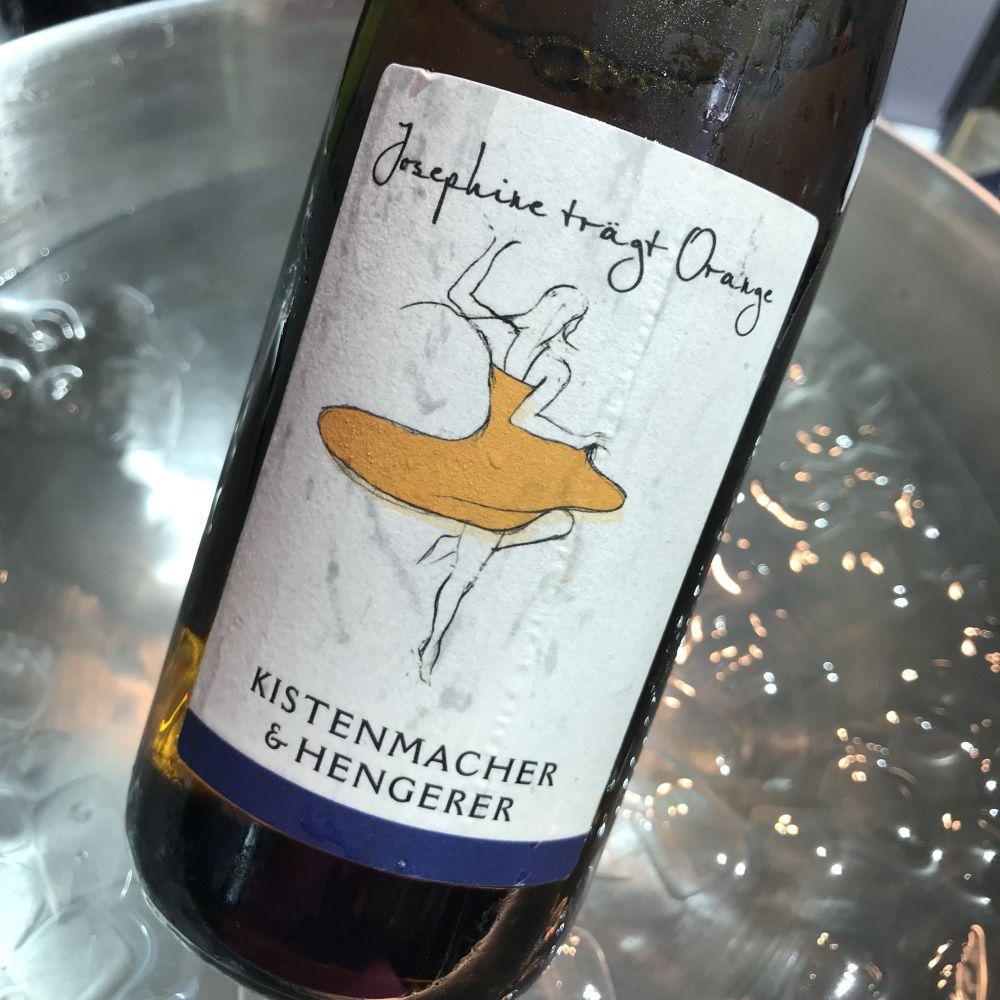 Josephine trägt Orange - Weingut Kistenmacher u Hengerer
