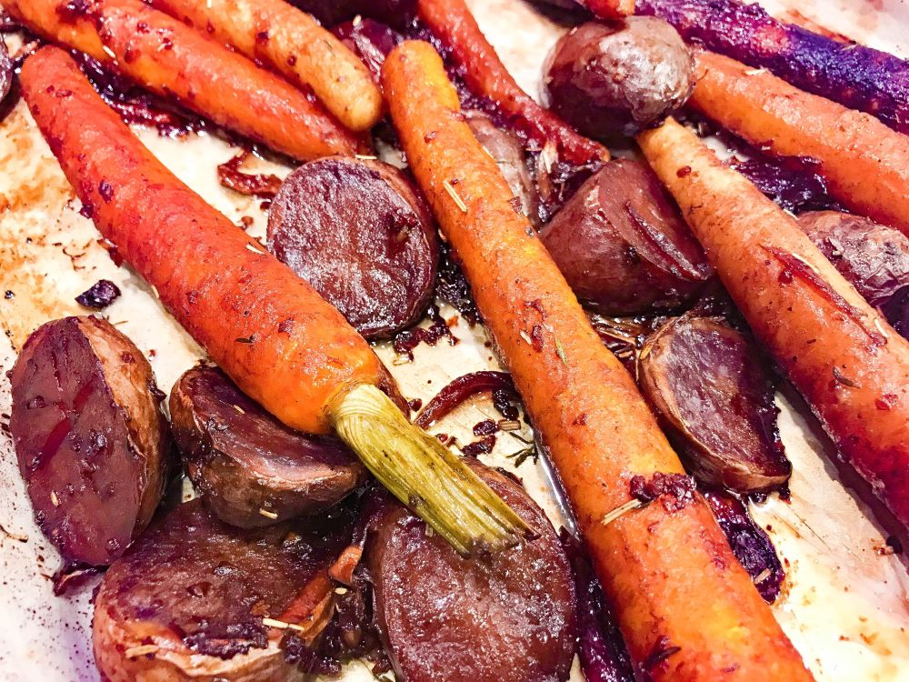 geroosterde truffelaardappeltjes en gekleurde wortelen