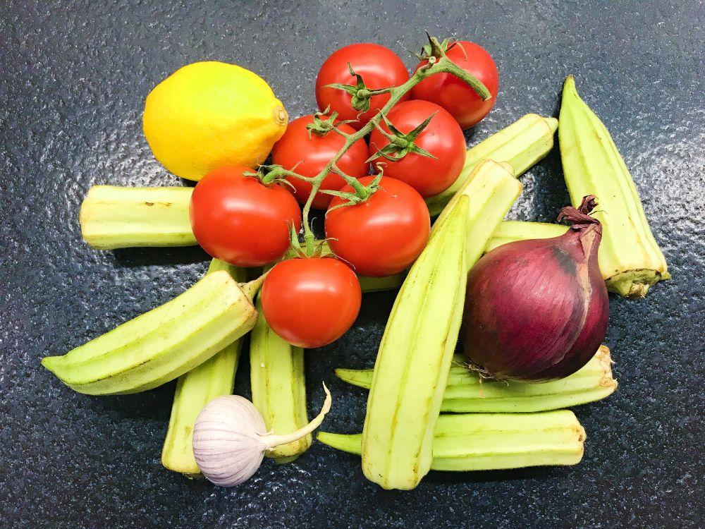 okra met ui knoflook en tomaat