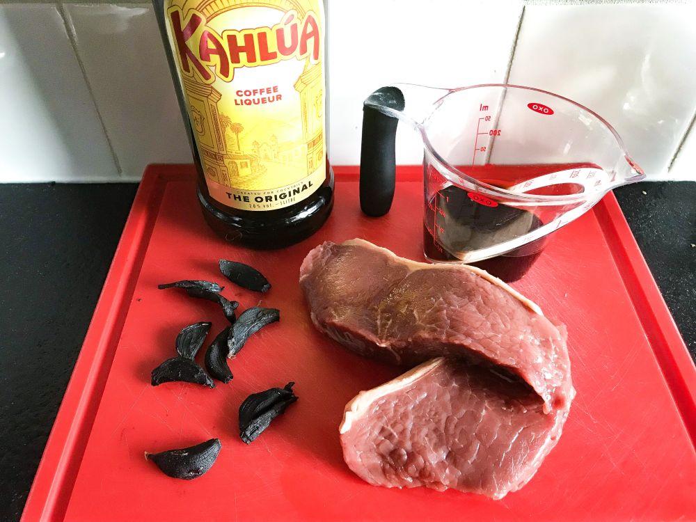marinade Kahlua en zwarte knoflook voor entrecôte
