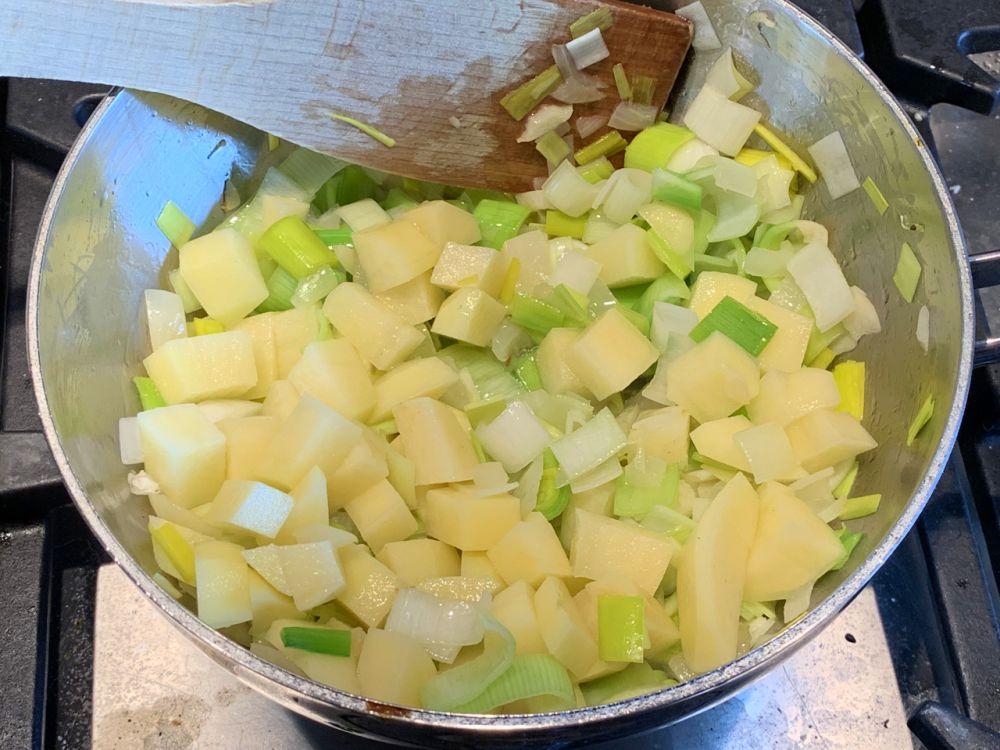 Spaanse aspergesoep binden met aardappel