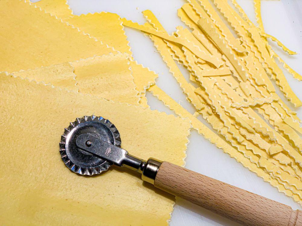 lasagnevellen snijden met kartelwieltje