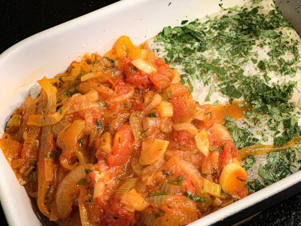 Griekse visschotel met tomaten en ui