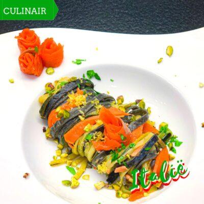 zwarte pasta met zalm courgette en pistachenootjes