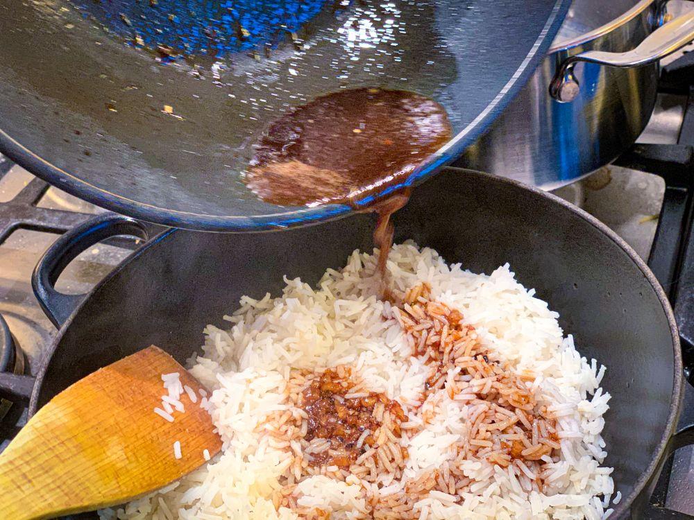 Giet de kruidige bouillon over de rijst