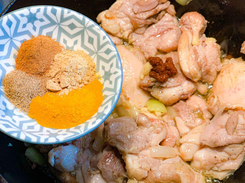 kip met specerijen en harissa