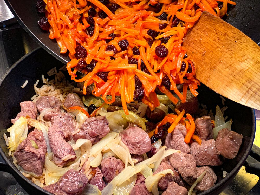 wortel-uienmegsel op het vlees leggen