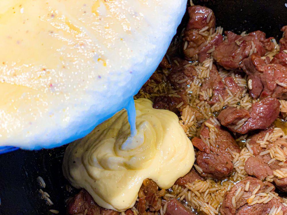 yoghurt-eimengsel bij lam en rijst