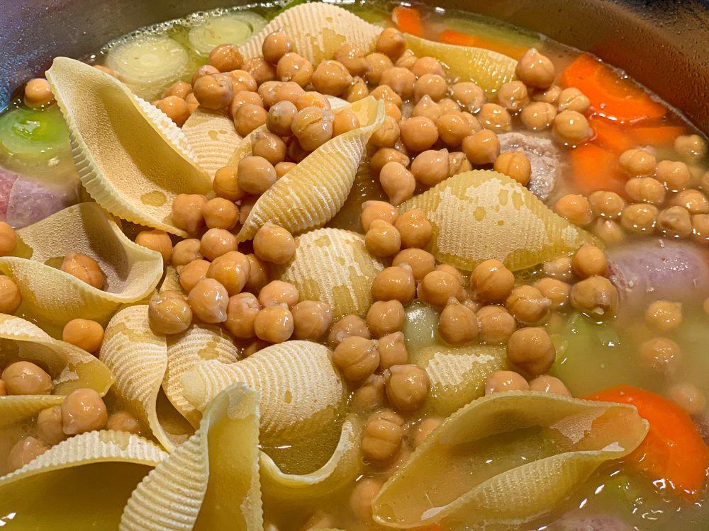 escudella - pasta en kikkererwten toevoegen