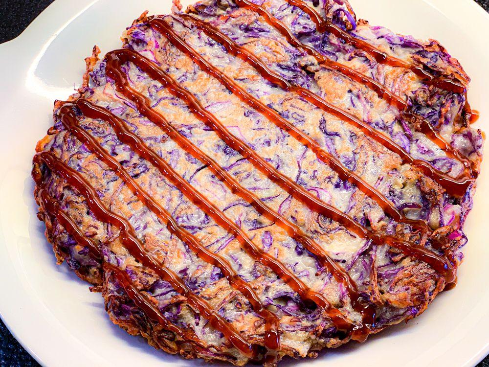okonomiyaki met okonomiyaki-saus