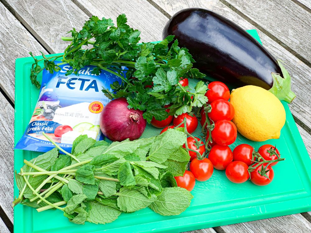 ingrediënten salade aubergine tomaat