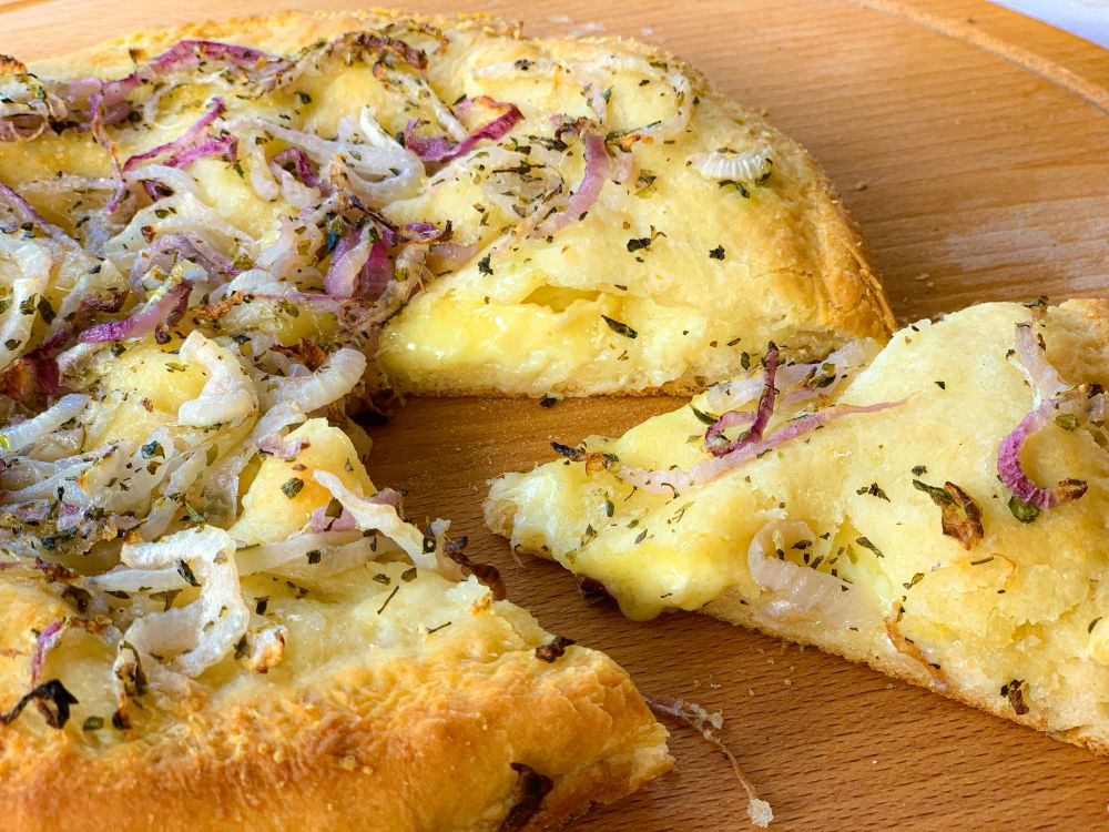 fugazza - gevulde pizza met kaas en uien