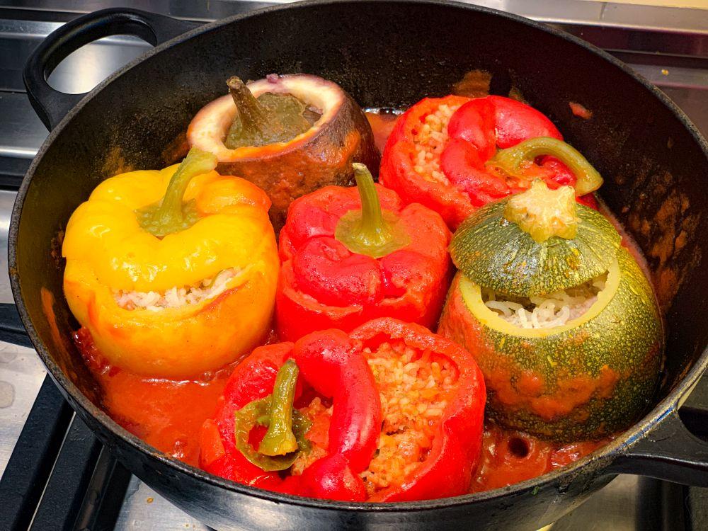 gevulde groentendolmas in tomatensaus na 1 uur stoven