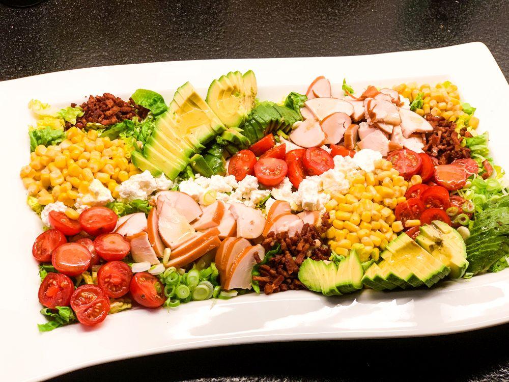 Kleurrijke COBB-salade met dressing