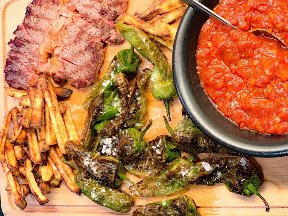 zoete aardappel frietjes - pimientos de Padrón - salsa brava