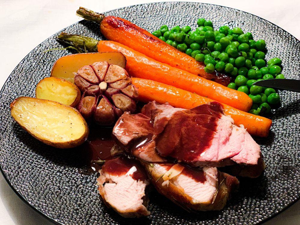 Lamsbout met knoflook saus en garnituur