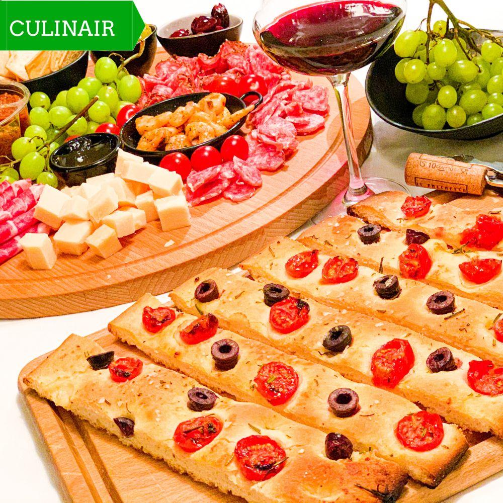 Focaccia met tomaat olijven en rozemarijn
