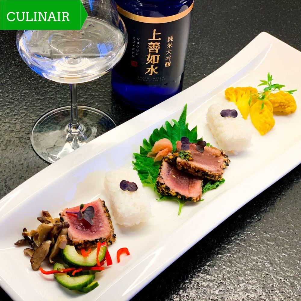Deconstructed poke bowl met tonijn tataki en groene shiso bladeren