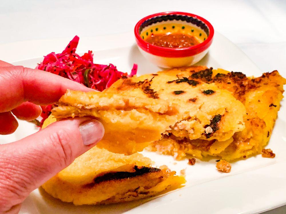 Gevulde pupusa met salsa roja