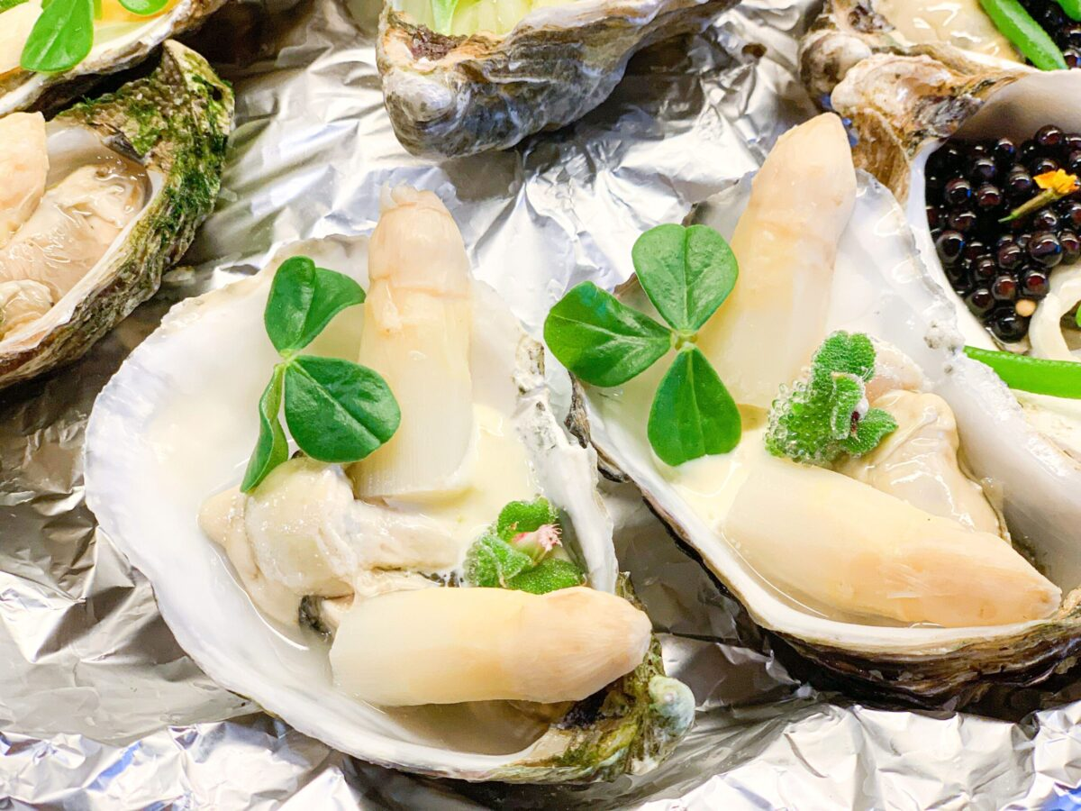 Oesters - asperges - limoenmayonaise - blinq blossom - citra leaves
