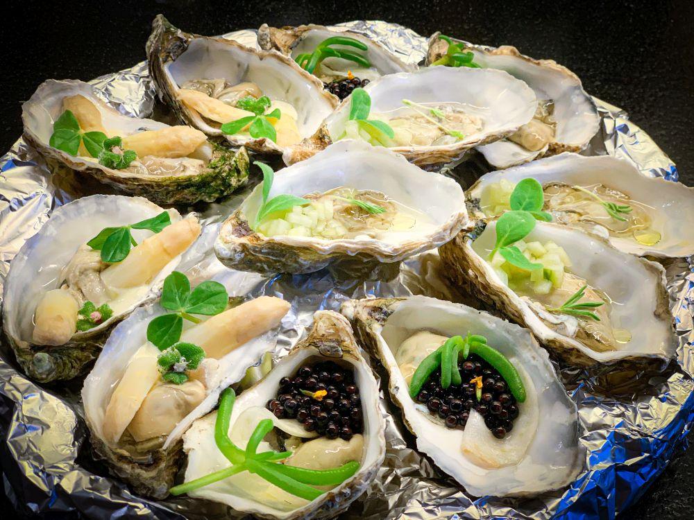 Trio van oesters op schaal